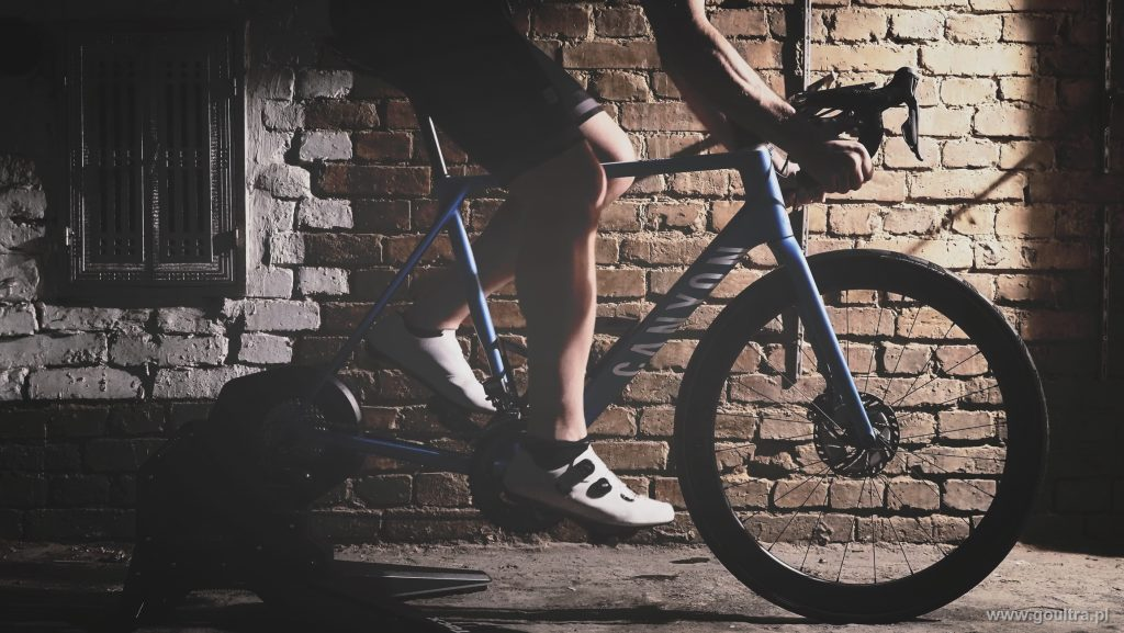 TACX FLUX S - Widok z boku z rowerem